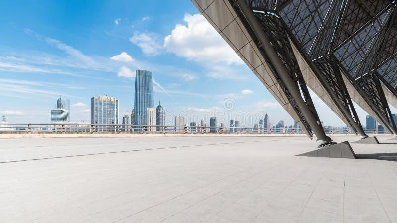 Κενό τετραγωνικό μέτωπο πατωμάτων με τη εικονική παράσταση πόλης στοκ φωτογραφία