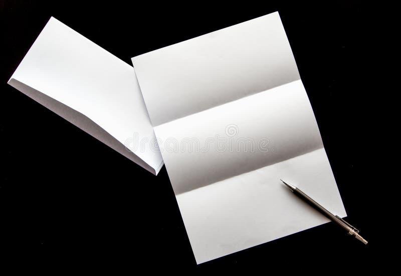 κενό του εγγράφου επιστολών και του άσπρου φακέλου με τη μάνδρα στοκ φωτογραφίες