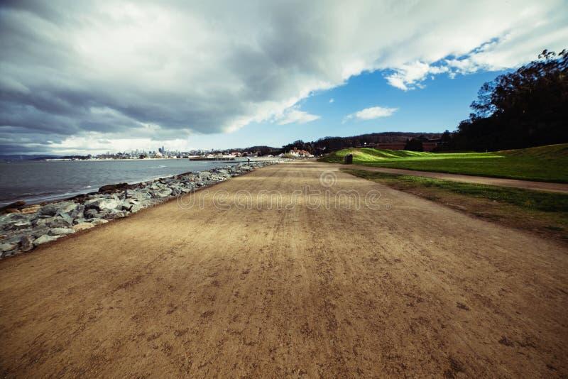 Κενό τρέξιμο πεζών και αθλητισμού ρύπου και δρόμος ποδηλατών στο πάρκο πόλεων του Σαν Φρανσίσκο κοντά στον ωκεανό στοκ φωτογραφία