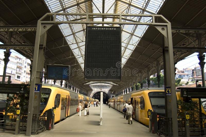 κενό τραίνο σταθμών επιτρο&p στοκ εικόνα με δικαίωμα ελεύθερης χρήσης