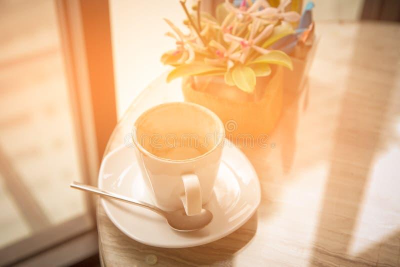 Κενό φλυτζάνι καφέ στον πίνακα στον καφέ στοκ φωτογραφία με δικαίωμα ελεύθερης χρήσης