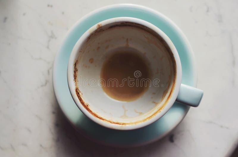 Κενό φλυτζάνι καφέ στο μαρμάρινο υπόβαθρο στοκ φωτογραφίες