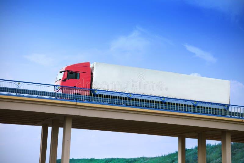 Φορτηγό σε μια γέφυρα στοκ φωτογραφίες