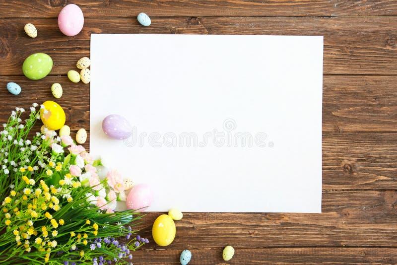 Κενό φύλλο με τις διακοσμήσεις Πάσχας στο καφετί ξύλινο υπόβαθρο διαθέσιμος χαιρετισμός αρχείων Πάσχας eps καρτών στοκ φωτογραφία με δικαίωμα ελεύθερης χρήσης