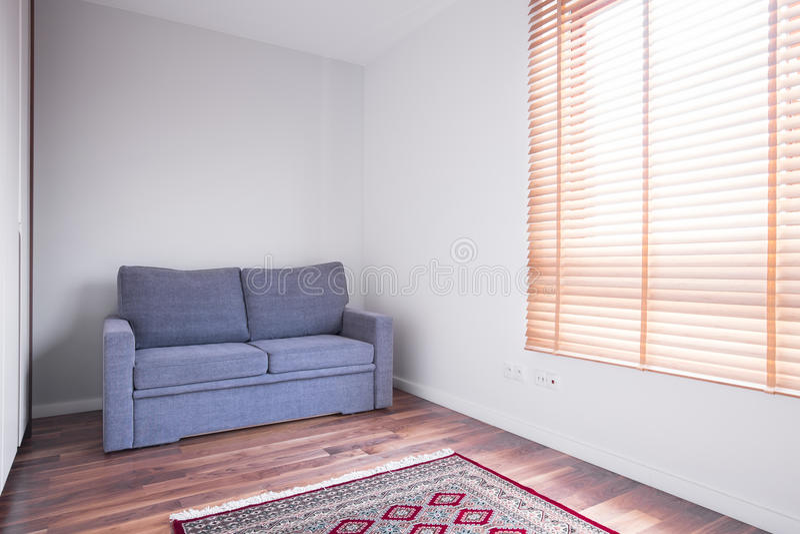 Κενό δωμάτιο με τον καναπέ στοκ φωτογραφίες με δικαίωμα ελεύθερης χρήσης