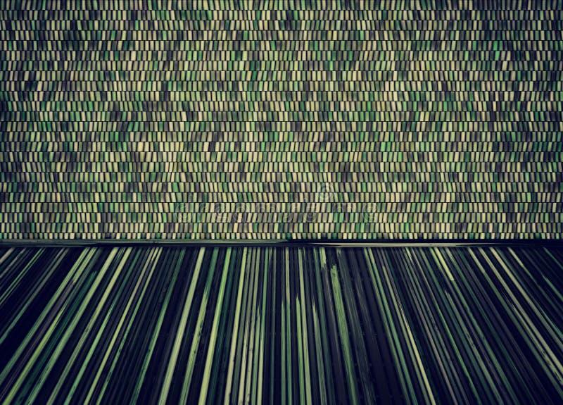 Κενό δωμάτιο με το πάτωμα thatch και το ζωηρόχρωμο τοίχο κεραμικών κεραμιδιών ελεύθερη απεικόνιση δικαιώματος