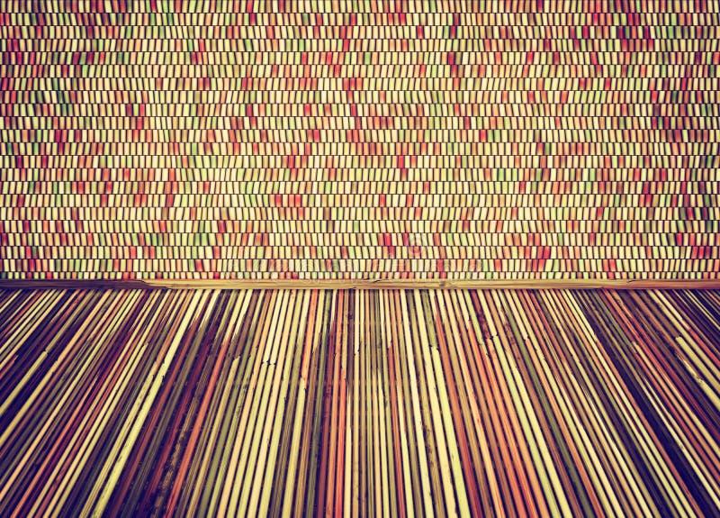 Κενό δωμάτιο με το πάτωμα thatch και το ζωηρόχρωμο τοίχο κεραμικών κεραμιδιών διανυσματική απεικόνιση