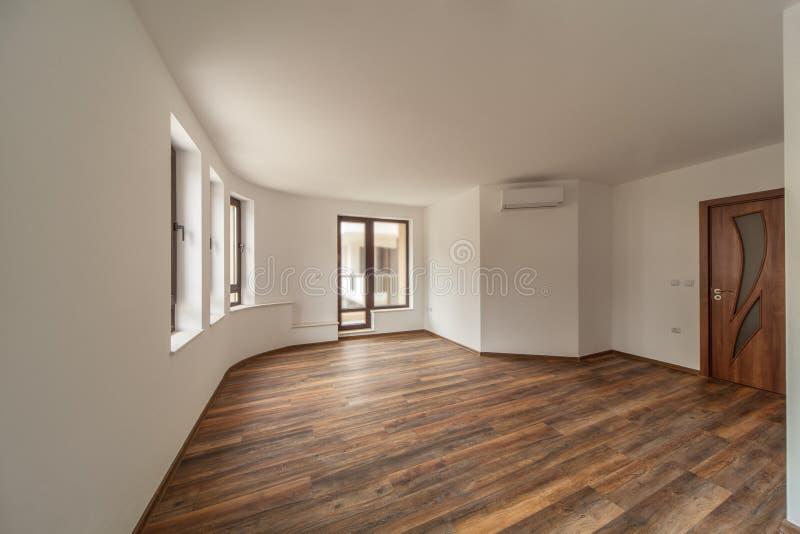 Κενό δωμάτιο με το φυσικό φως από τα παράθυρα εσωτερικός σύγχρονος σπιτιών πάτωμα ξύλινο στοκ φωτογραφία