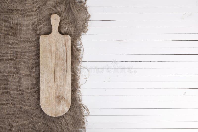 Κενό cheeseboard στο άσπρο ξύλινο υπόβαθρο, τοπ άποψη στοκ εικόνες