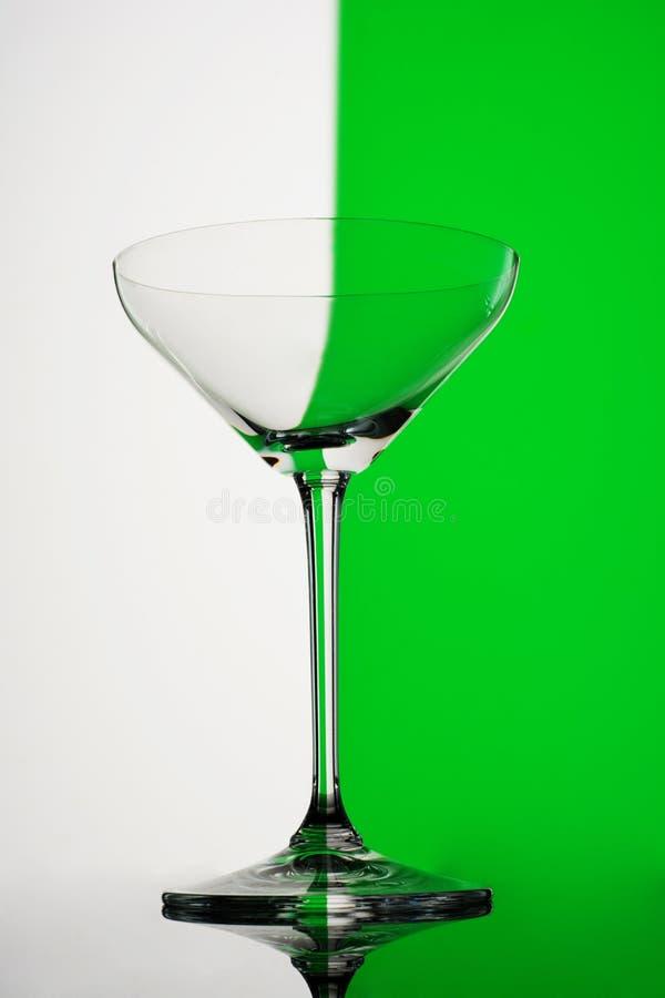 Κενό martini γυαλί στο πράσινο και άσπρο υπόβαθρο στοκ εικόνες