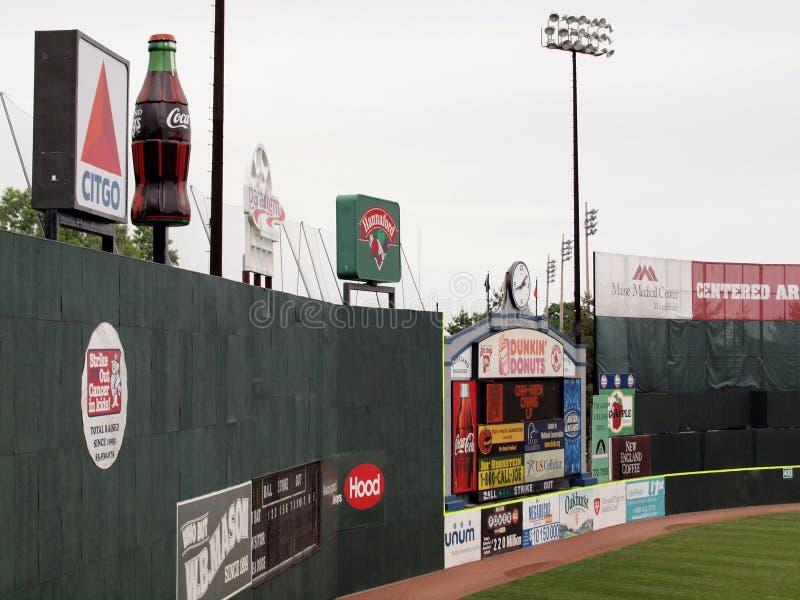 Κενό outfield με τις αγγελίες στον τοίχο στοκ εικόνες με δικαίωμα ελεύθερης χρήσης