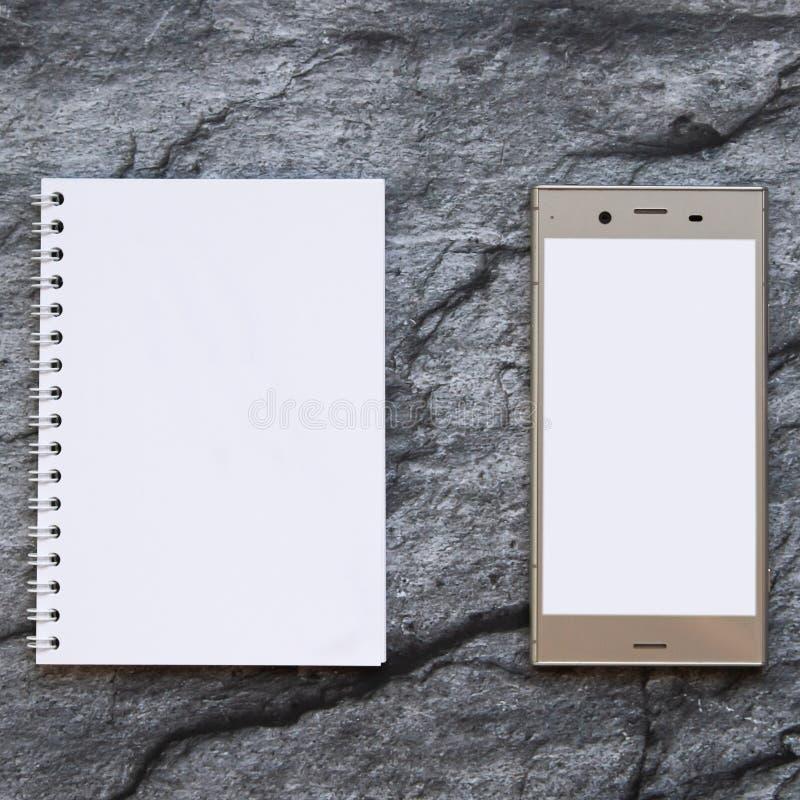 Κενό smartphone και σαφές σημειωματάριο εγγράφου στοκ εικόνες