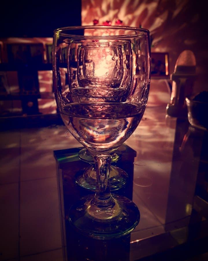 Κενό wineglass που απεικονίζει τα φω'τα στοκ εικόνες με δικαίωμα ελεύθερης χρήσης