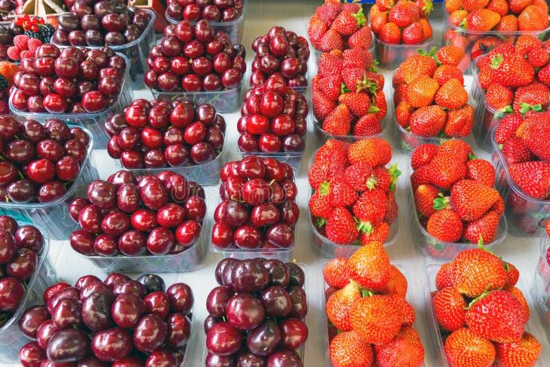 Κεράσι και φράουλα fruitbowles στοκ φωτογραφίες