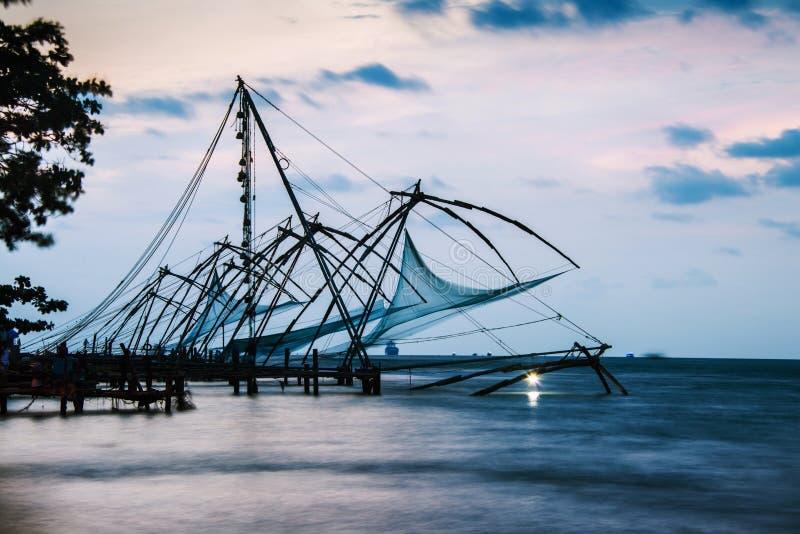 Κεράλα, Ινδία Κινεζικά δίχτυα ψαρέματος στο ηλιοβασίλεμα στοκ εικόνες