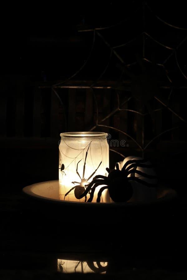 Κερί αραχνών αποκριών που καίγεται με το μαύρο υπόβαθρο στοκ εικόνες