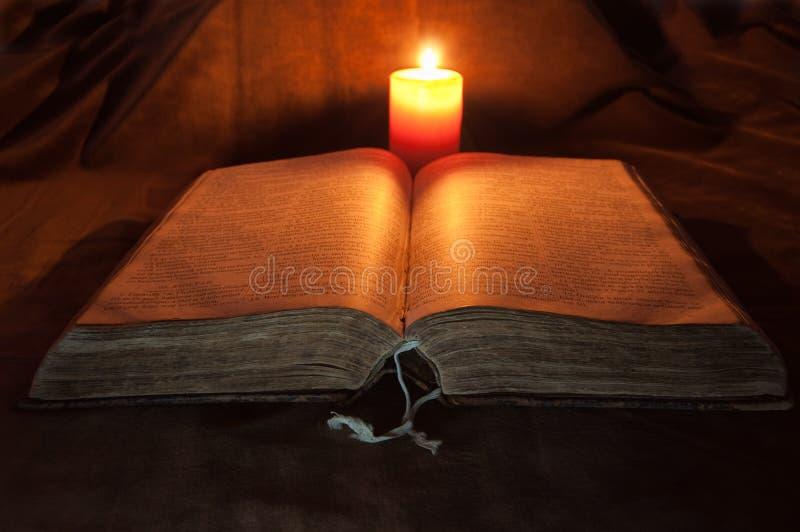 κερί Βίβλων που ανοίγουν στοκ φωτογραφίες με δικαίωμα ελεύθερης χρήσης