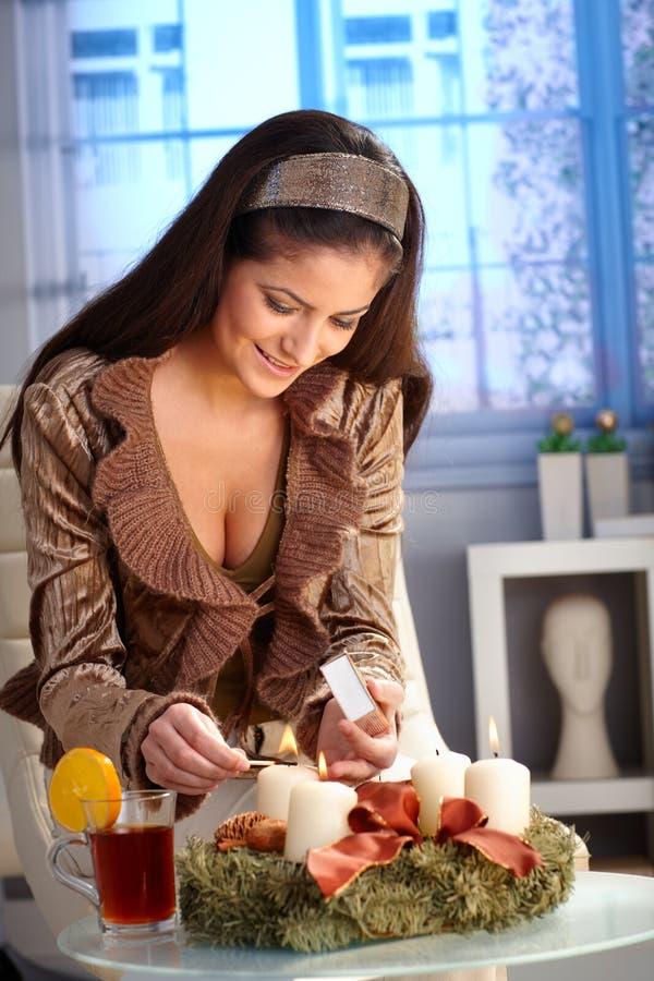 Κερί εμφάνισης φωτισμού γυναικών στοκ εικόνα με δικαίωμα ελεύθερης χρήσης