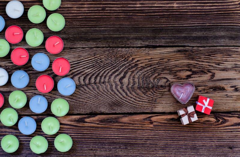 Κερί με το κιβώτιο και τις καρδιές δώρων στοκ φωτογραφίες