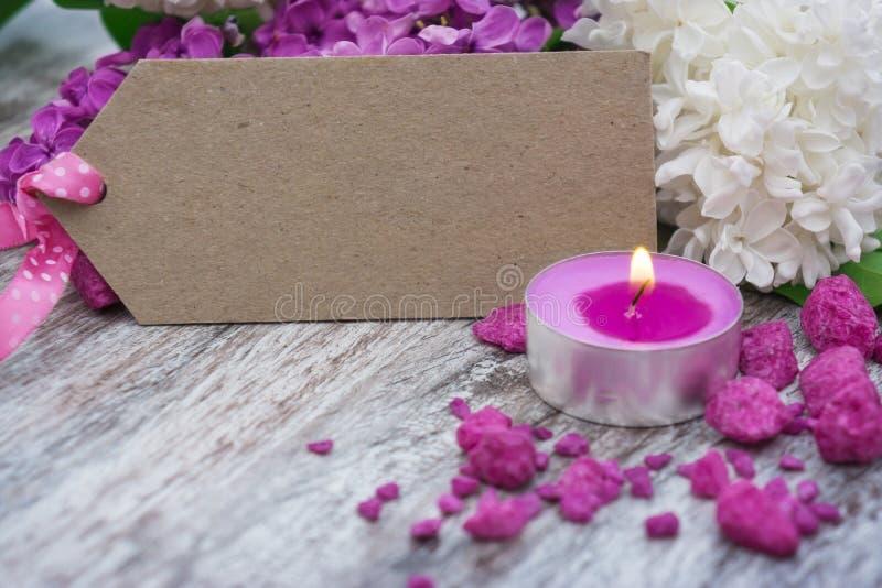 Κερί μπροστά από την πασχαλιά και τη ευχετήρια κάρτα στοκ φωτογραφία με δικαίωμα ελεύθερης χρήσης