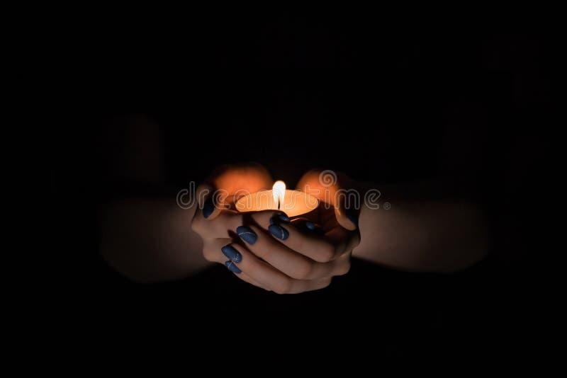 Κερί στα χέρια στοκ φωτογραφίες