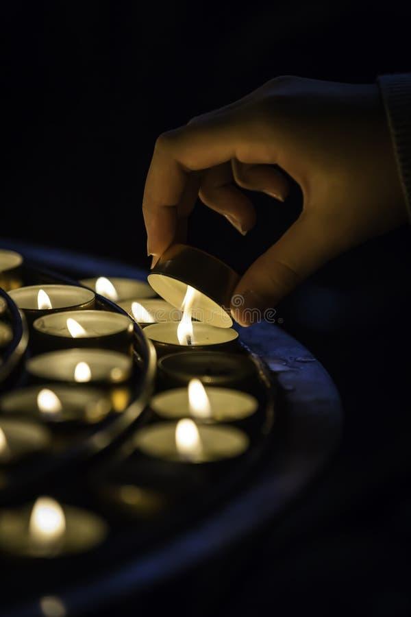 Κερί φωτισμού χεριών στοκ εικόνα