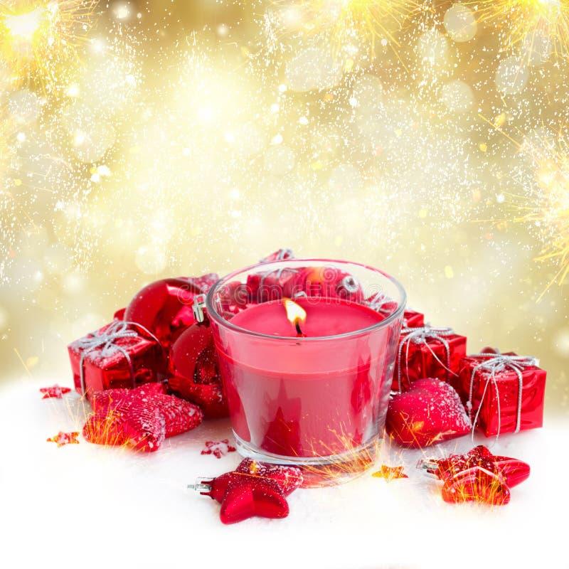 Κερί Χριστουγέννων με τις κόκκινες διακοσμήσεις στοκ εικόνες