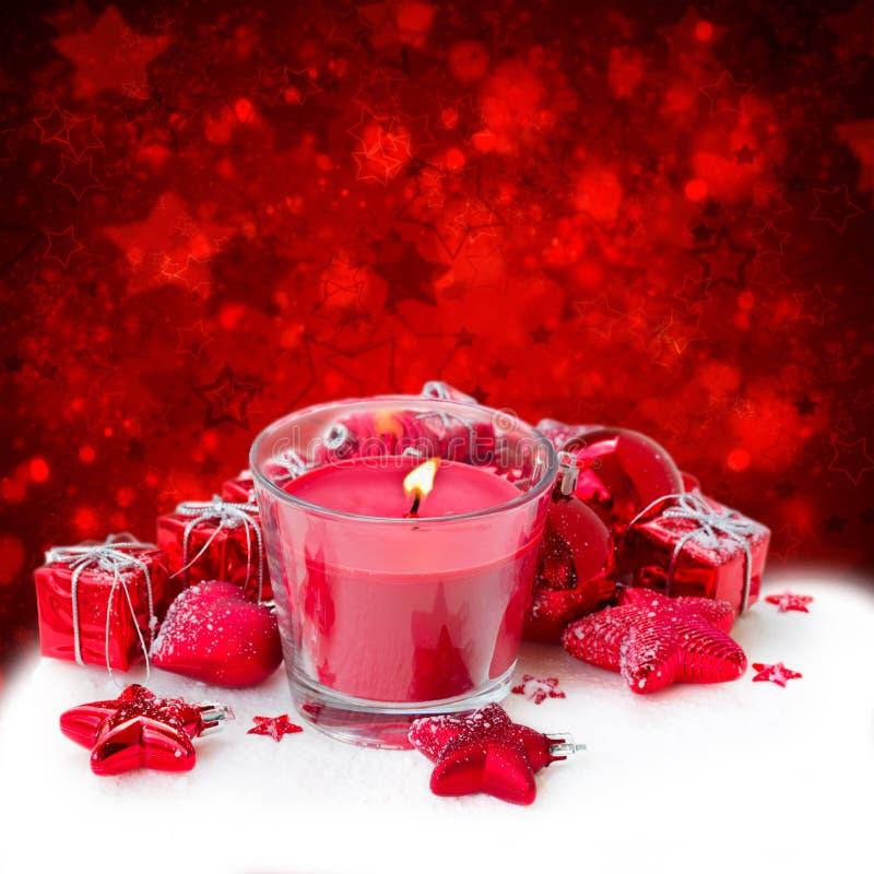 Κερί Χριστουγέννων με τις κόκκινες διακοσμήσεις στοκ φωτογραφία