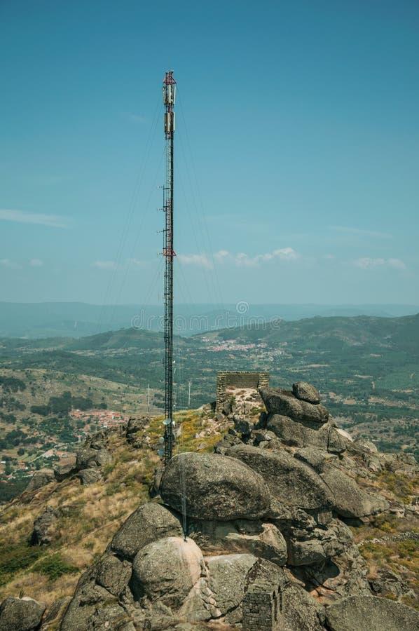 Κεραία στην κορυφή υψώματος που καλύπτεται από τους βράχους και τους Μπους σε Monsanto στοκ εικόνες