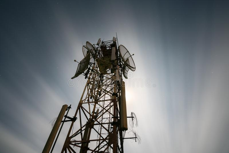 Κεραία τηλεπικοινωνιών για το ραδιόφωνο, την τηλεόραση και το τηλέφωνο Μακροχρόνια έκθεση τη νύχτα στοκ εικόνα