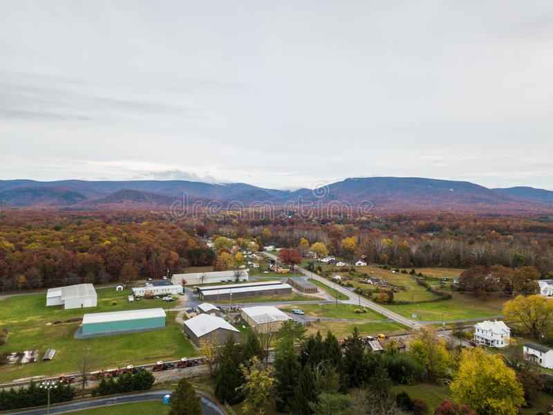 Κεραία της μικρής πόλης Elkton, Βιρτζίνια στο Shenandoah Β στοκ φωτογραφία με δικαίωμα ελεύθερης χρήσης