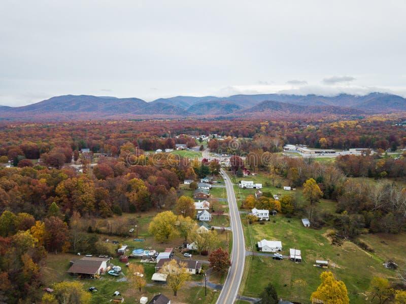 Κεραία της μικρής πόλης Elkton, Βιρτζίνια στο Shenandoah Β στοκ εικόνα