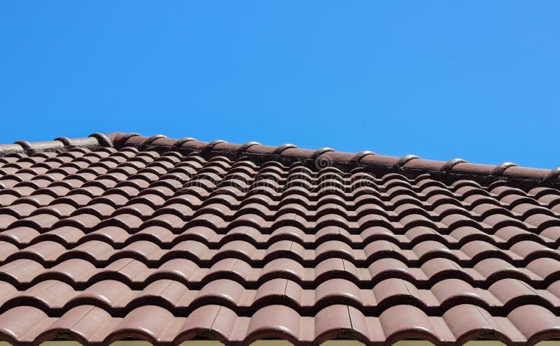 Κεραμίδι στεγών με την ανασκόπηση μπλε ουρανού στοκ φωτογραφία