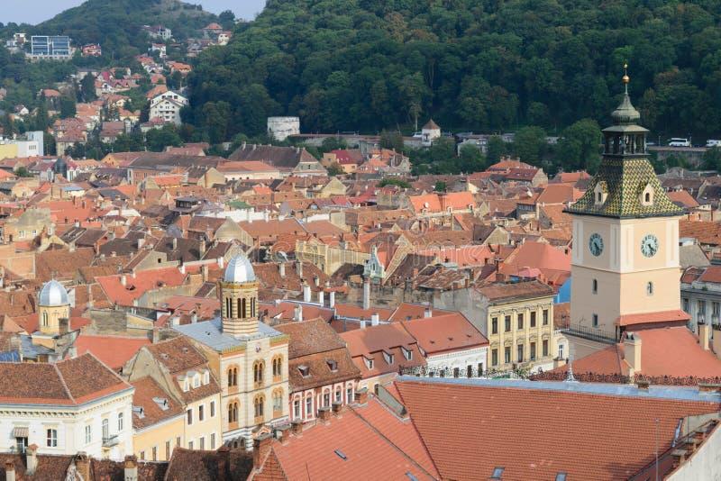 Κεραμίδια πύργων ρολογιών και στεγών σε Brasov, Τρανσυλβανία, Ρουμανία στοκ εικόνες
