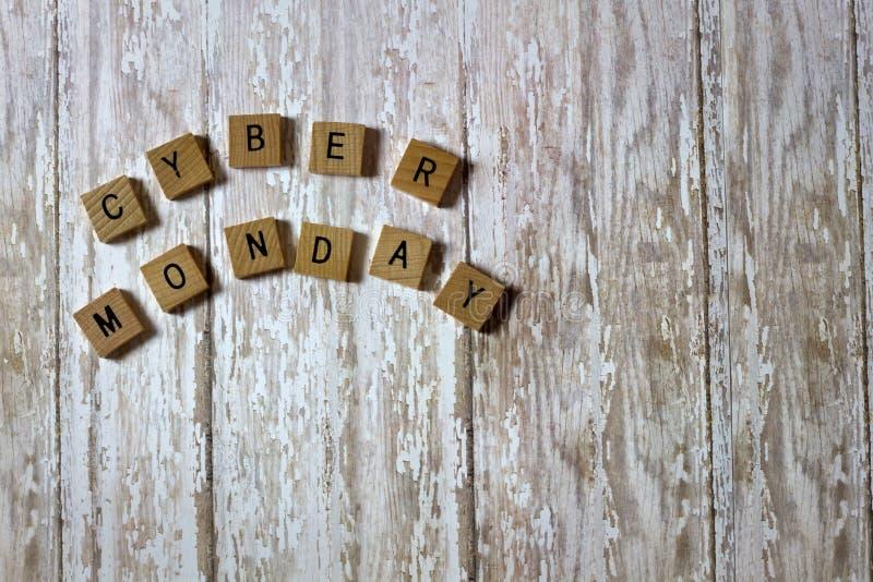 Κεραμίδια πώλησης Δευτέρας Cyber σε ένα άσπρο πλυμένο ξύλινο υπόβαθρο σανίδων στοκ εικόνες