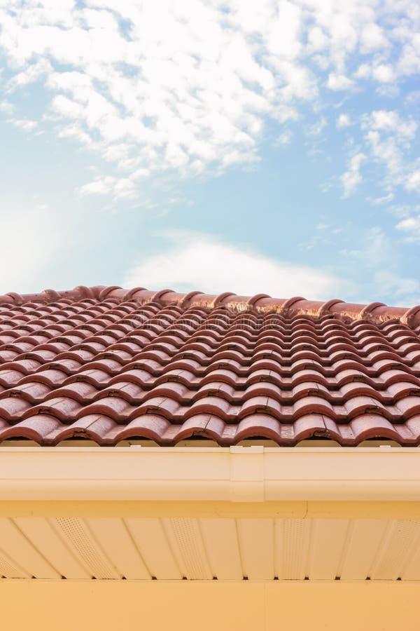 Κεραμίδια στεγών, υδρορροή βροχής και παράθυρα ενάντια στο μπλε ουρανό στοκ εικόνες με δικαίωμα ελεύθερης χρήσης
