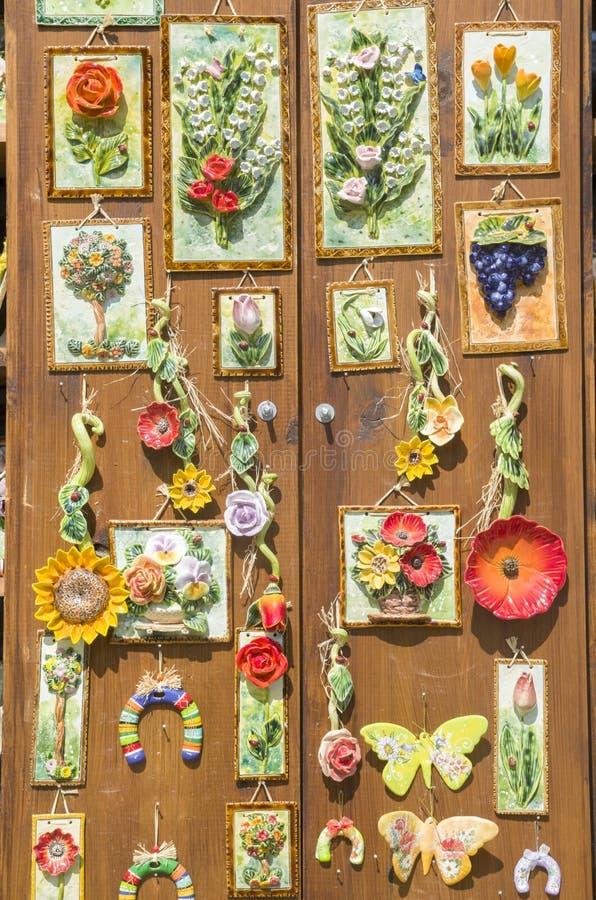 Κεραμικά αναμνηστικά αναστολής, λουλούδια, Βουλγαρία, Ευρώπη στοκ εικόνες με δικαίωμα ελεύθερης χρήσης