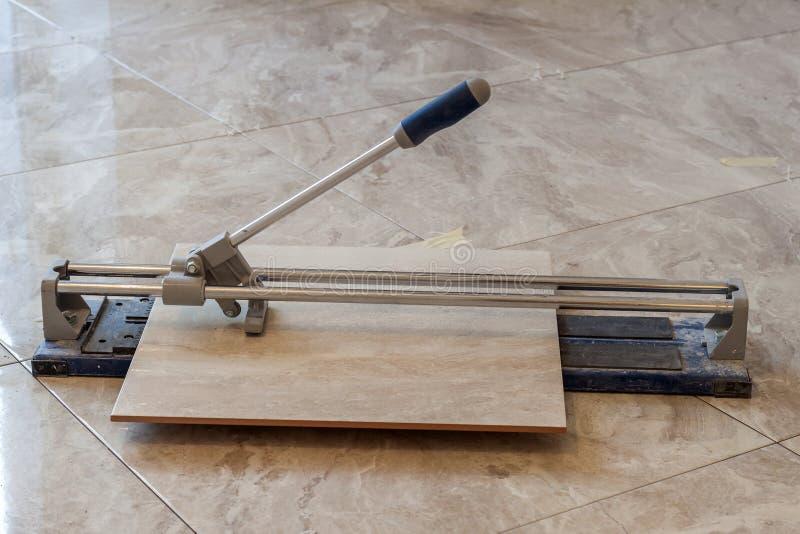 Κεραμικά κεραμίδια και εργαλεία για tiler Εγκατάσταση κεραμιδιών πατωμάτων Hom στοκ εικόνες