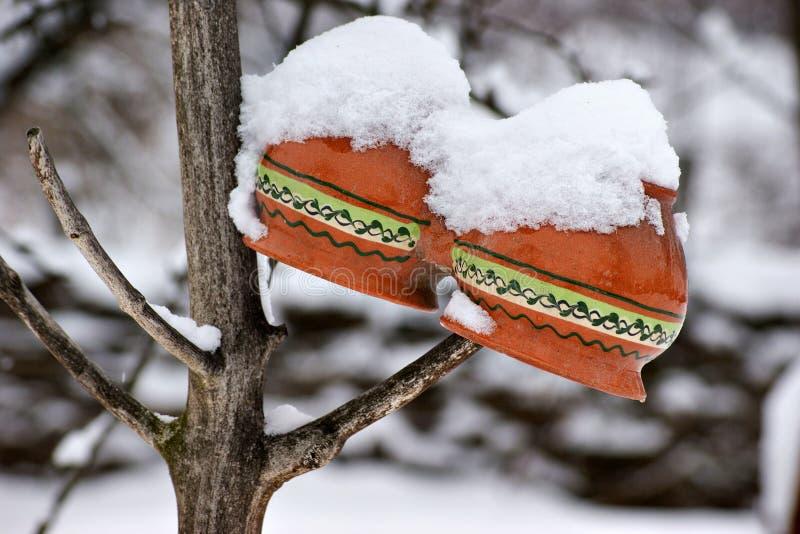 Κεραμικά δοχεία κάτω από το χιόνι στοκ εικόνες με δικαίωμα ελεύθερης χρήσης