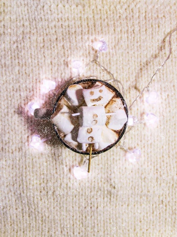 Κεραμική κούπα με το ζεστό χυμό κακάου και το λειωμένο χειροποίητο marshmallow χιονάνθρωπο στοκ εικόνες