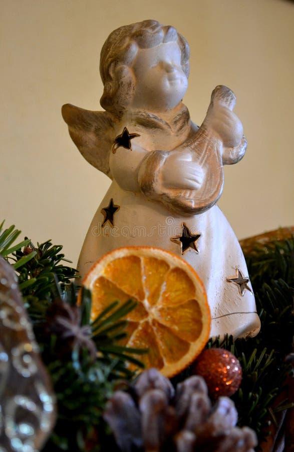 Κεραμικός άγγελος Χριστουγέννων - διακόσμηση Χριστουγέννων στοκ φωτογραφία