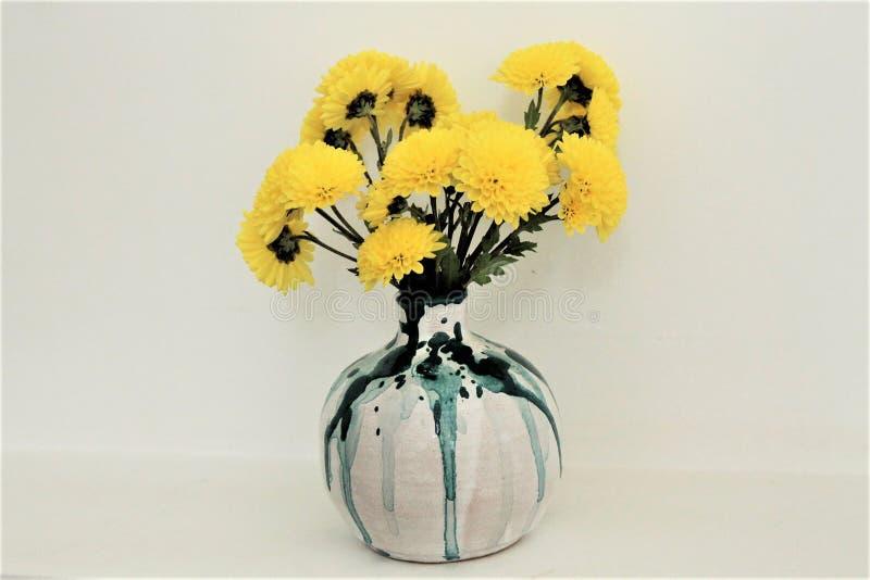Κεραμικό βάζο με τα κίτρινα λουλούδια στοκ εικόνα με δικαίωμα ελεύθερης χρήσης