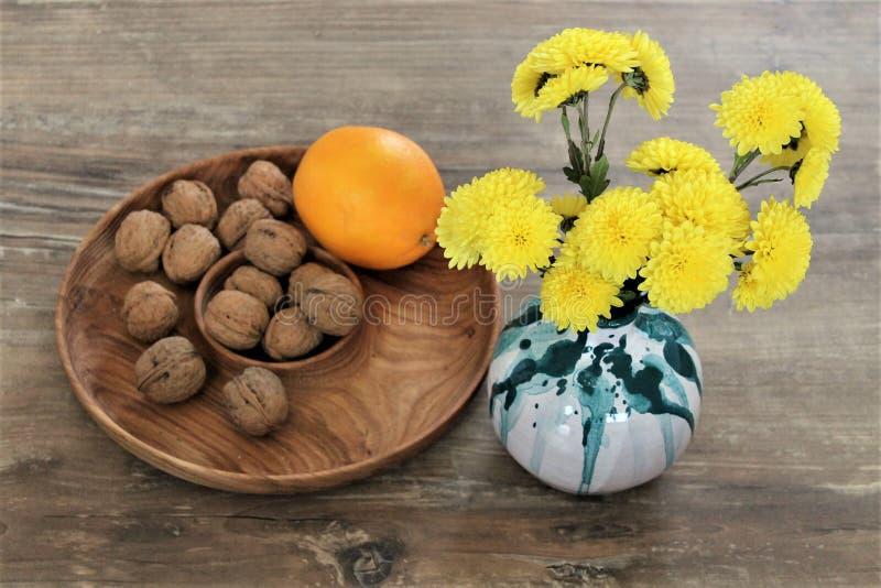 Κεραμικό βάζο με τα κίτρινα λουλούδια στοκ φωτογραφίες με δικαίωμα ελεύθερης χρήσης