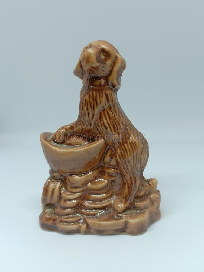 κεραμικό καφετί σκυλί dachshund που τίθεται στο άσπρο υπόβαθρο στοκ φωτογραφία με δικαίωμα ελεύθερης χρήσης