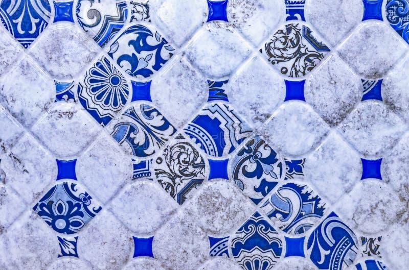 Κεραμικό κεραμίδι με ένα μπλε αφηρημένο σχέδιο Υπόβαθρο και σύσταση των κεραμικών κεραμιδιών στοκ φωτογραφίες με δικαίωμα ελεύθερης χρήσης