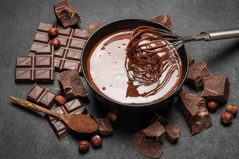Κεραμικό κύπελλο της κρέμας σοκολάτας ή της λειωμένης σοκολάτας και κ στοκ φωτογραφία με δικαίωμα ελεύθερης χρήσης