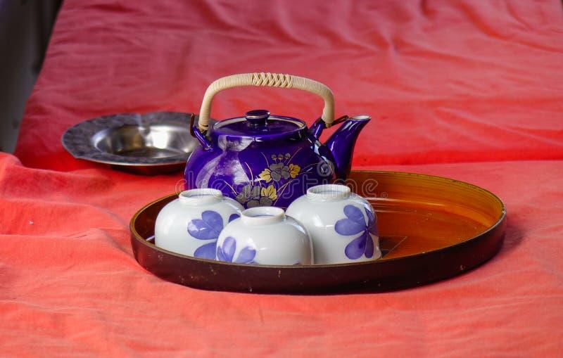 Κεραμικό teapot με τα φλυτζάνια στοκ φωτογραφία με δικαίωμα ελεύθερης χρήσης