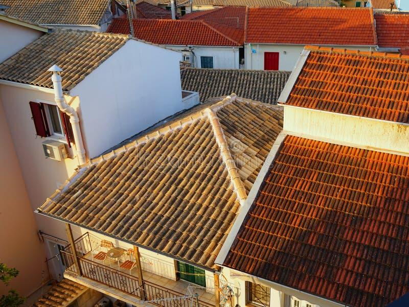 Κεραμωμένες τερακότα στέγες, ελληνικό νησί της Λευκάδας, Ελλάδα στοκ φωτογραφία