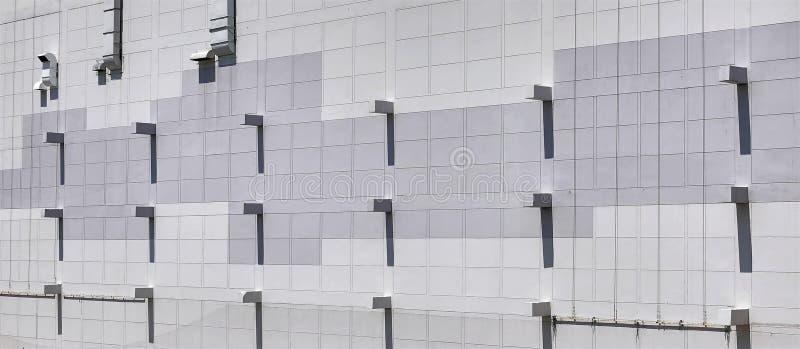 Κεραμωμένη οικοδόμηση τοίχων εξωτερική με το σχέδιο φω'των και σκιών στοκ φωτογραφία με δικαίωμα ελεύθερης χρήσης