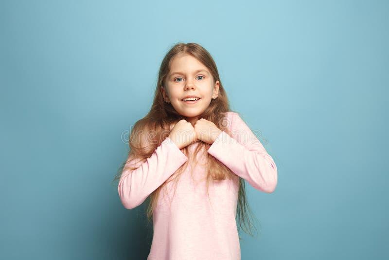 Κερδίστε - το συναισθηματικό ξανθό κορίτσι εφήβων έχει μια ευτυχία να κοιτάξουν και το οδοντωτό χαμόγελο όμορφες νεολαίες γυναικώ στοκ εικόνα